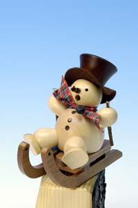 Räuchermann Schneemann auf Schlitten